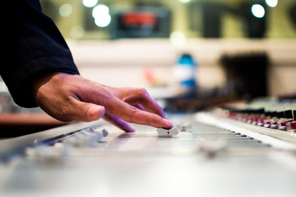 mixing-desk-351478_1920